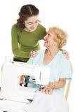 το grandma ράβει τα ρολόγια εφήβ& στοκ φωτογραφίες