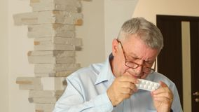 Το Grandpa διαβάζει τις οδηγίες για τις ταμπλέτες, αλλά δεν βλέπει τη φτωχή όρασή του απόθεμα βίντεο