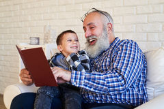 Το grandpa χαμόγελου με τον εγγονό του απολαμβάνει το χρόνο τους Στοκ εικόνες με δικαίωμα ελεύθερης χρήσης