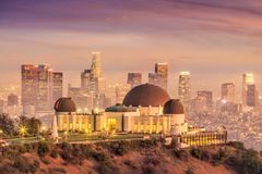 Το Griffith παρατηρητήριο και ο ορίζοντας πόλεων του Λος Άντζελες στο twiligh στοκ φωτογραφία