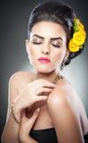 Το Hairstyle και αποτελεί - όμορφο θηλυκό πορτρέτο τέχνης με τα κίτρινα τριαντάφυλλα Στοκ Εικόνα