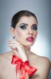 Το Hairstyle και αποτελεί - όμορφο θηλυκό πορτρέτο τέχνης με την κόκκινη κορδέλλα κομψότητα Γνήσιο φυσικό brunette με την κορδέλλ Στοκ Φωτογραφία
