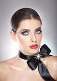 Το Hairstyle και αποτελεί - όμορφο θηλυκό πορτρέτο τέχνης με τη μαύρη κορδέλλα. Κομψότητα. Γνήσιο φυσικό brunette με την κορδέλλα. Στοκ φωτογραφία με δικαίωμα ελεύθερης χρήσης