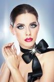 Το Hairstyle και αποτελεί - όμορφο θηλυκό πορτρέτο τέχνης με τη μαύρη κορδέλλα. Κομψότητα. Γνήσιο φυσικό brunette με την κορδέλλα  Στοκ φωτογραφία με δικαίωμα ελεύθερης χρήσης