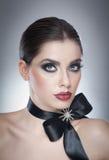 Το Hairstyle και αποτελεί - όμορφο θηλυκό πορτρέτο τέχνης με τη μαύρη κορδέλλα κομψότητα Γνήσιο φυσικό brunette με την κορδέλλα - Στοκ εικόνες με δικαίωμα ελεύθερης χρήσης