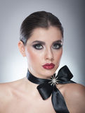 Το Hairstyle και αποτελεί - όμορφο θηλυκό πορτρέτο τέχνης με τη μαύρη κορδέλλα κομψότητα Γνήσιο φυσικό brunette με την κορδέλλα - Στοκ φωτογραφίες με δικαίωμα ελεύθερης χρήσης