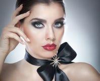 Το Hairstyle και αποτελεί - όμορφο θηλυκό πορτρέτο τέχνης με τη μαύρη κορδέλλα κομψότητα Γνήσιο φυσικό brunette με την κορδέλλα - Στοκ Εικόνα
