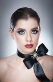 Το Hairstyle και αποτελεί - όμορφο θηλυκό πορτρέτο τέχνης με τη μαύρη κορδέλλα κομψότητα Γνήσιο φυσικό brunette με την κορδέλλα - Στοκ Φωτογραφία