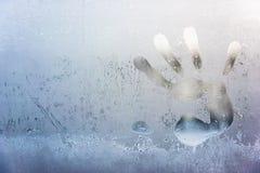 Το handprint των αρσενικών φοινικών στο παγωμένο γυαλί Στοκ Εικόνες
