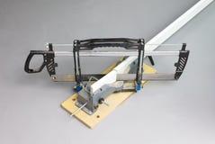 Το Handsaw και συνδέει λοξά το κιβώτιο στοκ εικόνα