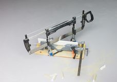 Το Handsaw και συνδέει λοξά το κιβώτιο στοκ εικόνες με δικαίωμα ελεύθερης χρήσης