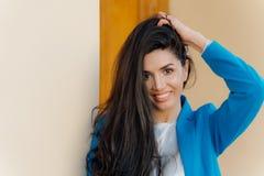 Το Headshot της ευτυχούς γυναίκας brunette με το ευγενές χαμόγελο, makeup, φορά την κομψή ενδυμασία, ευτυχή μετά από την επιτυχή  στοκ εικόνες