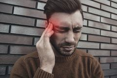 Το Headshot του συναισθηματικού τρελλού αρσενικού φωνάζει δυνατά, όντας ενοχλημένο W στοκ εικόνες με δικαίωμα ελεύθερης χρήσης
