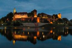 Το Hill Wawel και το βασιλικό Castle πετούν τη ζωηρόχρωμη πυράκτωση τη νύχτα Στοκ Εικόνες
