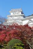 Το Himeji Castle με το κόκκινο αφήνει την μπροστινή άποψη Στοκ εικόνα με δικαίωμα ελεύθερης χρήσης
