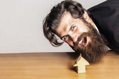 Το Hipster προσποιείται να φάει το σπίτι Στοκ Εικόνες