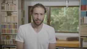 Το hipster ρητό και η έκφραση της βλασφημίας που έχει το α η αντίδραση βλέποντας κάτι στο σπίτι - απόθεμα βίντεο