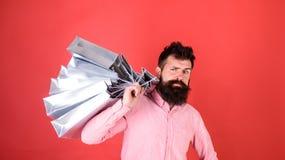 Το Hipster στο πρόσωπο sctrict ψωνίζοντας εθίζει ή shopaholic Τύπος που ψωνίζει στην εποχή πωλήσεων με τις εκπτώσεις άτομο γενειά Στοκ Εικόνα