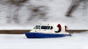 Το hovercraft που επιταχύνει κατά μήκος του ποταμού Στοκ Εικόνες