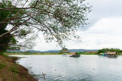 Το Huai Muang, λίμνη της Ταϊλάνδης με το σπίτι βαρκών η θέση χαλαρώνει στοκ εικόνες