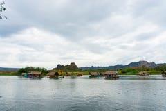 Το Huai Muang, λίμνη της Ταϊλάνδης με το σπίτι βαρκών η θέση χαλαρώνει στοκ φωτογραφία