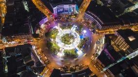 Το Hyperlapse timelapse που κινείται πηγαίνει σωστή εγκύκλιος της κυκλοφορίας πόλεων νύχτας στη διασταύρωση κυκλικής κυκλοφορίας  φιλμ μικρού μήκους