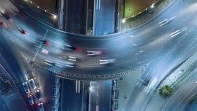 Το Hyperlapse timelapse που κινείται πηγαίνει σωστή εγκύκλιος της κυκλοφορίας πόλεων νύχτας στη διασταύρωση κυκλικής κυκλοφορίας  απόθεμα βίντεο