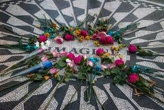 Το Imagine μωσαϊκό με τα λουλούδια την ημέρα του θανάτου του John Lennon στη Strawberry Fields στο Central Park, Μανχάταν - Νέα Υ στοκ φωτογραφία