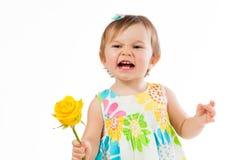 Το Indignant μικρό κορίτσι με έναν κίτρινο αυξήθηκε, ρομαντικό δώρο Στοκ φωτογραφία με δικαίωμα ελεύθερης χρήσης