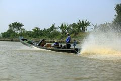 Το Inle επιλέγει ακόμα να χρησιμοποιήσει το σκάφος στοκ εικόνες