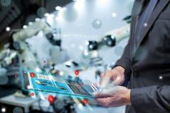 Το Iot Διαδίκτυο ή η νοημοσύνη των πραγμάτων στη βιομηχανική έννοια, την επιχείρηση ή χρήση μηχανικών αύξησε τη μικτή εικονική πρ στοκ φωτογραφία με δικαίωμα ελεύθερης χρήσης