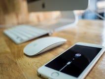 Το IPhone παρουσιάζει σύνδεση με τα iTunes στην οθόνη Στοκ Φωτογραφίες