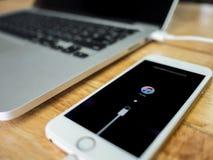 Το IPhone παρουσιάζει σύνδεση με τα iTunes στην οθόνη Στοκ φωτογραφία με δικαίωμα ελεύθερης χρήσης