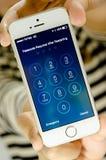 Το iPhone 5 της Apple εισάγει passcode την οθόνη Στοκ Φωτογραφία
