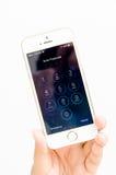 Το iPhone 5 της Apple εισάγει passcode την οθόνη Στοκ φωτογραφία με δικαίωμα ελεύθερης χρήσης