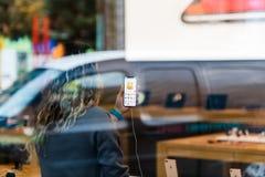 Το iPhone Χ της Apple πηγαίνει στην παγκόσμια γάτα Animoji πώλησης Στοκ Φωτογραφία