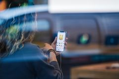 Το iPhone Χ της Apple πηγαίνει στην παγκόσμια γάτα Animoji πώλησης Στοκ Εικόνες