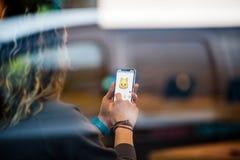 Το iPhone Χ της Apple πηγαίνει στην παγκόσμια γάτα Animoji πώλησης Στοκ εικόνα με δικαίωμα ελεύθερης χρήσης