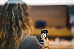 Το iPhone Χ της Apple πηγαίνει στην παγκόσμια γυναίκα πώλησης που δοκιμάζει την ταυτότητα προσώπου Στοκ Εικόνες