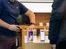 Το iPhone Χ της Apple πηγαίνει στην πώληση παγκοσμίως Στοκ φωτογραφίες με δικαίωμα ελεύθερης χρήσης