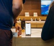 Το iPhone Χ της Apple πηγαίνει στην πώληση παγκοσμίως Στοκ φωτογραφία με δικαίωμα ελεύθερης χρήσης