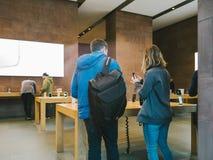 Το iPhone Χ της Apple πηγαίνει στις παγκόσμιες αγορές ανθρώπων πώλησης Στοκ Εικόνες