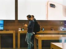 Το iPhone Χ της Apple πηγαίνει στις παγκόσμιες αγορές ανθρώπων πώλησης Στοκ φωτογραφία με δικαίωμα ελεύθερης χρήσης
