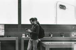 Το iPhone Χ της Apple πηγαίνει στις παγκόσμιες αγορές ανθρώπων πώλησης Στοκ Φωτογραφίες