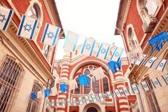 Το Israelian σημαιοστολίζει κοντά στη συναγωγή Στοκ φωτογραφίες με δικαίωμα ελεύθερης χρήσης