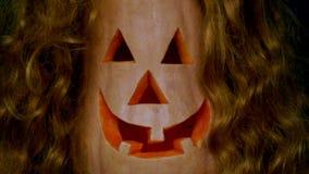 Το jack-ο-φανάρι στο σκοτεινό υπόβαθρο στην κόκκινη περούκα έφυγε για να διορθωθούν 7 φιλμ μικρού μήκους