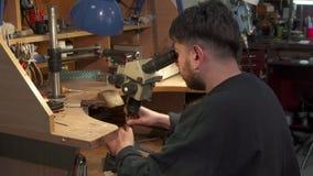Το Jeweler δημιουργεί το νέο κόσμημα απόθεμα βίντεο