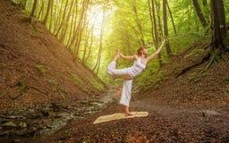 Το joga χαλάρωσης θέτει στο θαυμάσιο δάσος Στοκ φωτογραφίες με δικαίωμα ελεύθερης χρήσης
