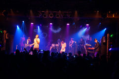 Το Jookbox City's Kahnma Κ και Rawnie Paton τραγουδά ως παιχνίδια ζωνών επάνω στοκ εικόνες με δικαίωμα ελεύθερης χρήσης