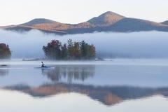 Το kayaker στη δεξαμενή Chittenden στην ομίχλη Στοκ Εικόνες
